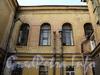 Очаковская ул. д. 9. Окна второго этажа лицевого корпуса (до революции здесь располагался трехпридельный храм). Вид со двора. Фото апрель 2011 г.