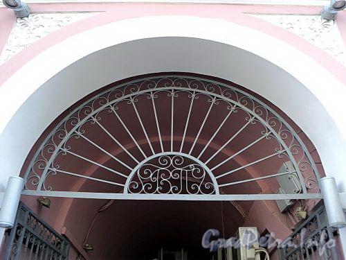 Фурштатская ул., д. 1. Ажурная решетка с вензелем над воротами во внутренний двор. Фото май 2010 г.