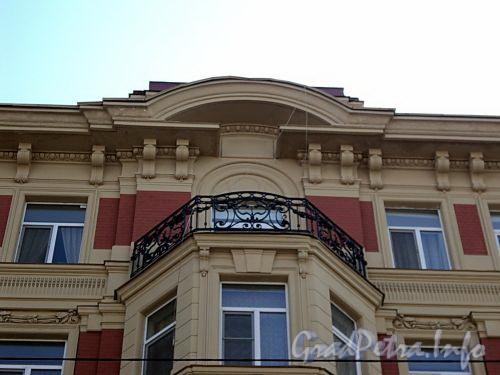 Фурштатская ул., д. 9. Доходный дом при евангелическо-лютеранской церкви Св. Анны. Балкон эркера. Фото май 2010 г.