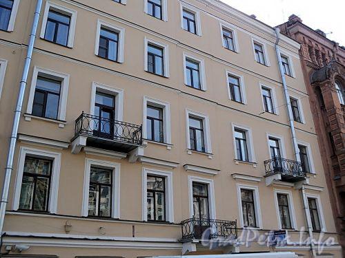 Фурштатская ул., д. 13. Фрагмент фасада здания. Фото май 2010 г.