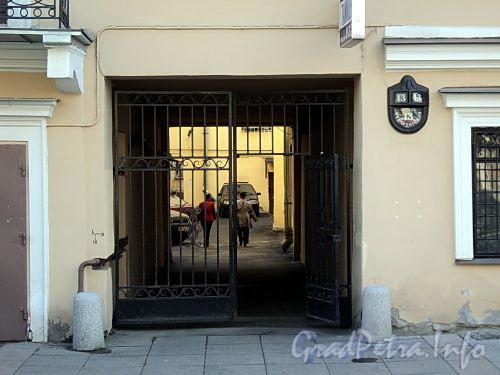 Фурштатская ул., д. 13. Решетка ворот. Фото май 2010 г.