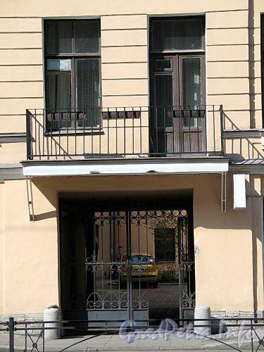 Фурштатская ул., д. 18. Решетки балкона и ворот. Фото май 2010 г.