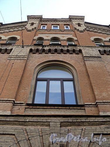 Фурштатская ул., д. 19. Здание Сергиевского благотворительного братства. Фрагмент центральной части фасада здания. Фото май 2010 г.