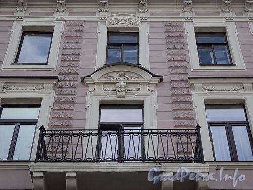 Фурштатская ул., д. 23. Фрагмент фасада с балконом. Фото май 2010 г.