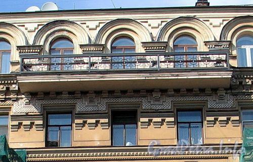 Фурштатская ул., д. 20. Доходный дом Н.Н. Зайцевой. Решетка верхнего центрального балкона. Фото май 2010 г.