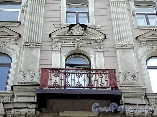 Фурштатская ул., д. 25. Решетка правого балкона. Фото май 2010 г.
