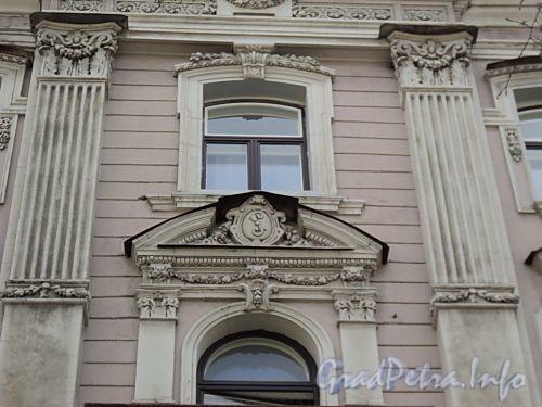 Фурштатская ул., д. 25. Доходный дом К. А. Шрейбера. Монограмма бывшего владельца на центральном сандрике. Фото май 2010 г.