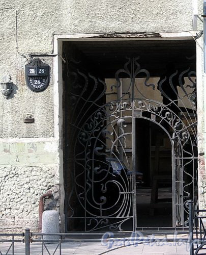 Фурштатская ул., д. 28. Решетка ворот. Фото май 2010 г.