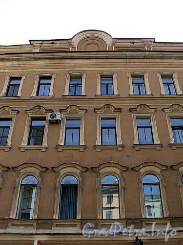 Фурштатская ул., д. 33. Фрагмент центральной части фасада. Фото май 2010 г.