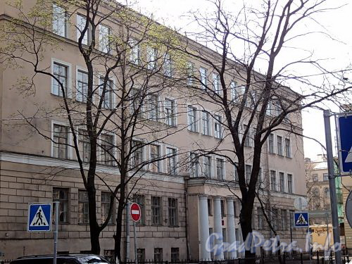 Фурштатская ул., д. 29 А. Здание школы №197. Фрагмент фасада. Фото май 2010 г.