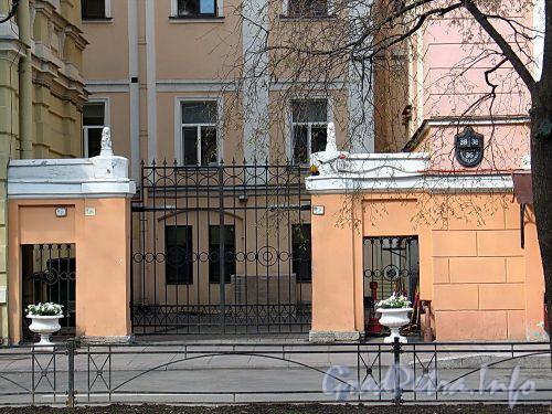 Фурштатская ул., д. 36. Ворота между корпусами. Фото май 2010 г.