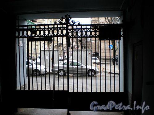 Фурштатская ул., д. 42. Решетка ворот. Фото апрель 2009 г.
