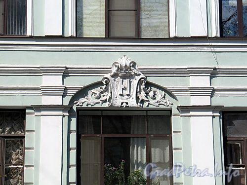 Фурштатская ул., д. 44. Знак графов Нирод, бывших владельцев дома, на фасаде здания. Фото май 2010 г.
