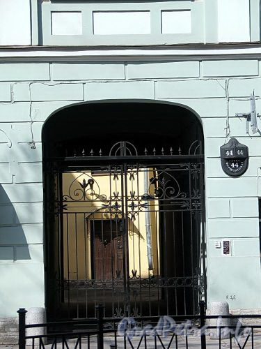 Фурштатская ул., д. 44. Решетка ворот. Фото май 2010 г.