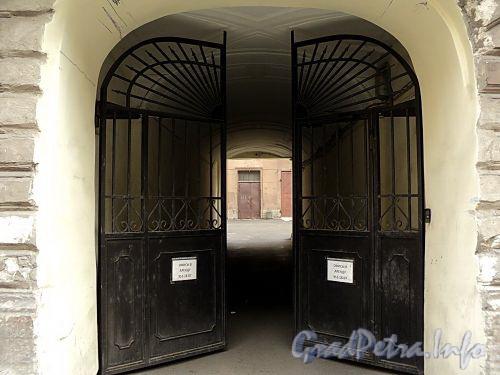 Галерная ул., д. 20 (левая часть). Решетка ворот. Фото июнь 2010 г.