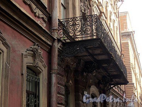 Галерная ул., д. 20 (правая часть). Решетка балкона. Фото июнь 2010 г.