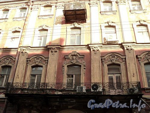 Галерная ул., д. 20 (правая часть). Фрагмент фасада. Фото июнь 2010 г.