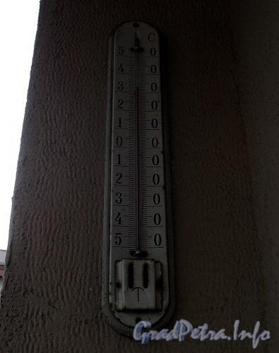 Захарьевская ул., д. 2. +34 градуса на термометре на здании Управления ФСБ России по СПБ и Ленинградской области. Фото 27 июля 2010 г.
