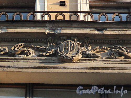 Захарьевская ул., д. 3. Картуш с монограммой бывшего владельца на эркере здания. Фото июль 2010 г.