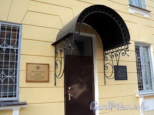 Захарьевская ул., д. 6. Козырек входной двери. Фото июль 2010 г.