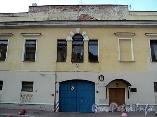 Захарьевская ул., д. 8. Фрагмент центральной части фасада. Фото июль 2010 г.
