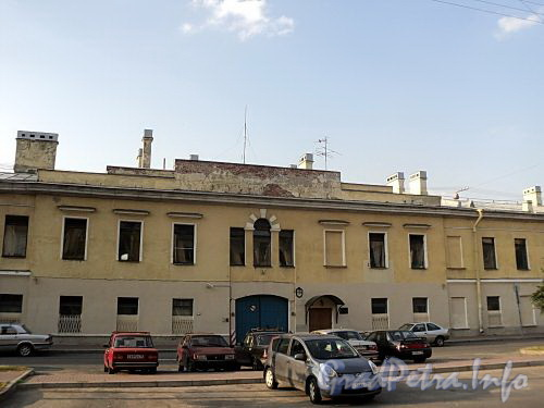Захарьевская ул., д. 8. Центральная часть фасада. Фото июль 2010 г.