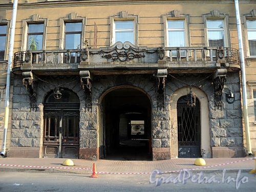 Захарьевская ул., д. 9. Гранитный портал. Фото июль 2010 г.