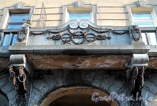 Захарьевская ул., д. 9. Фрагмент ограждения балкона. Фото июль 2010 г.