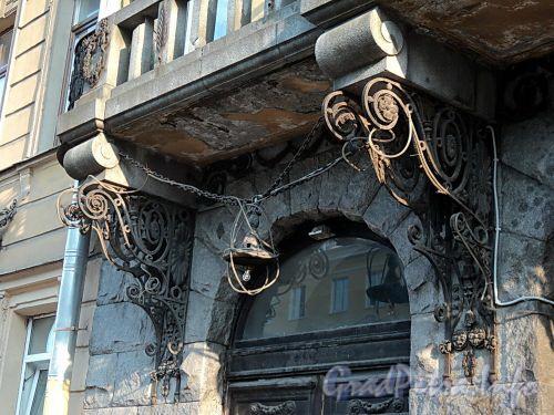 Захарьевская ул., д. 9. Утраченный плафон левого фонаря и кронштейны балкона. Фото июль 2010 г.