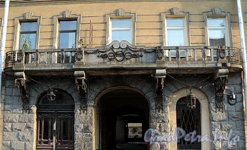 Захарьевская ул., д. 9. Балкон над гранитным порталом. Фото июль 2010 г.