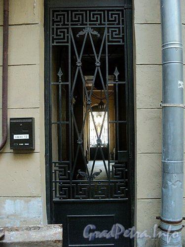 Захарьевская ул., д. 9. Решетка калитки пешеходной галереи. Вид со двора. Фото июль 2010 г.