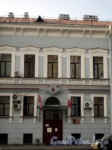 Захарьевская ул., д. 10. Фрагмент центральной части фасада. Фото июль 2010 г.