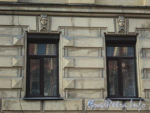 Захарьевская ул., д. 12. Маскароны над окнами. Фото июль 2010 г.