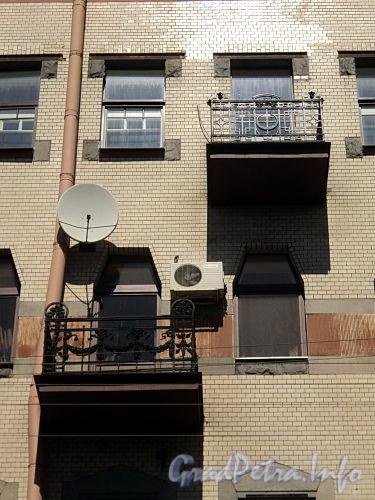 Захарьевская ул., д. 16. Балконы. Фото июль 2010 г.