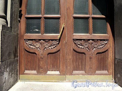 Захарьевская ул., д. 16. Дверь парадного подъезда. Фото июль 2010 г.