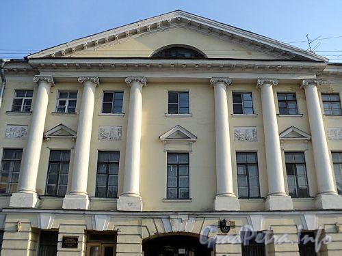 Захарьевская ул., д. 17. Ионические колонны. Фото июль 2010 г.