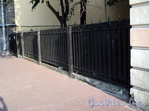 Ограда между домами 17 и 19 по Захарьевской улице. Фото июль 2010 г.