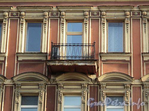 Захарьевская ул., д. 21. Фрагмент фасада с балконом. Фото июль 2010 г.