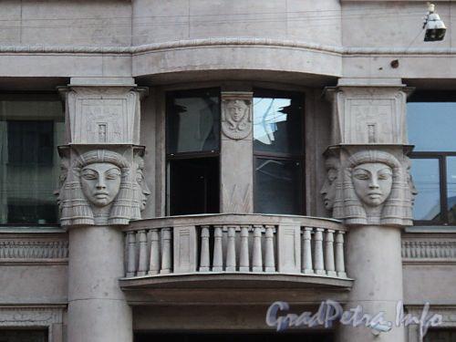 Захарьевская ул., д. 23. Доходный дом Л. И. Нежинской. Балкон и капители полуколонн в виде женских голов. Фото июль 2010 г.