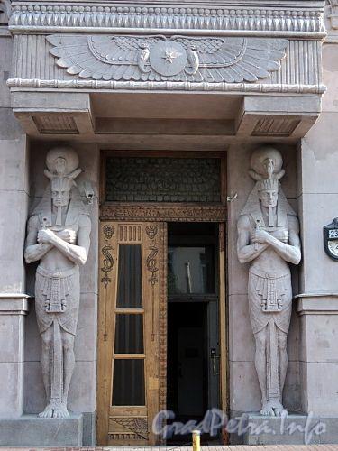 Захарьевская ул., д. 23. Доходный дом Л. И. Нежинской. Пара каменных изваяний египетского бога перед одним из входов. Фото июль 2010 г.