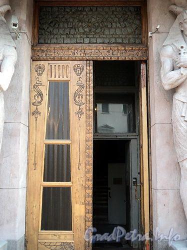 Захарьевская ул., д. 23. Доходный дом Л. И. Нежинской. Дверь парадного подъезда. Фото июль 2010 г.