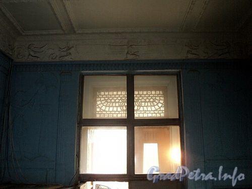 Захарьевская ул., д. 23. Доходный дом Л. И. Нежинской. Стены парадной, оформленные в египетском стиле. Фото июль 2010 г.