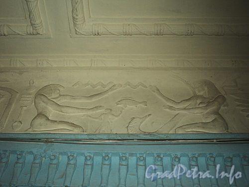 Захарьевская ул., д. 23. Доходный дом Л. И. Нежинской. Фрагмент фриза в парадной «Египетского дома». Фото июль 2010 г.