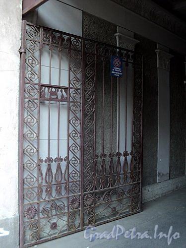Захарьевская ул., д. 23. Доходный дом Л. И. Нежинской. Створка ворот. Фото июль 2010 г.