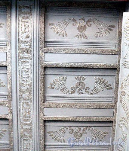 Захарьевская ул., д. 23. Доходный дом Л. И. Нежинской. Потолок арки. Фото июль 2010 г.