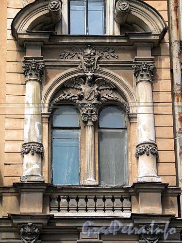 Кирочная ул., д. 12. Доходный дом Д.А. Дурдина. Окна в боковых ризалитах сдвоены, фланкированы колоннами и увенчаны разорванными фронтонами. Фото май 2010 г.