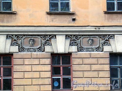 Кирочная ул., д. 54. Главный корпус. Элементы декоративного оформления фасада здания. Фото сентябрь 2010 г.
