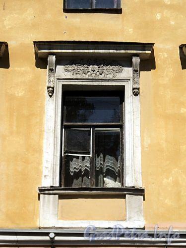 Гангутская ул., д. 18. Сандрик центрального оконного проема второго этажа. Фото август 2010 г.