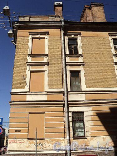Ул. Радищева, д. 33. Фрагмент фасада по Баскову переулку. Фото июль 2010 г.