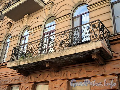 Тверская ул., д. 1. Доходный дом И. И. Дернова («Дом с башней» В.И. Иванова). Решетка балкона. Фото август 2010 г.